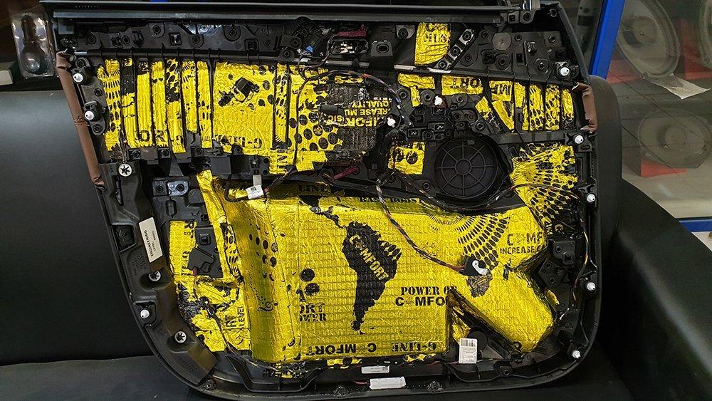 Шумоизоляция обшивки двери BMW X5 G05 первым слоем