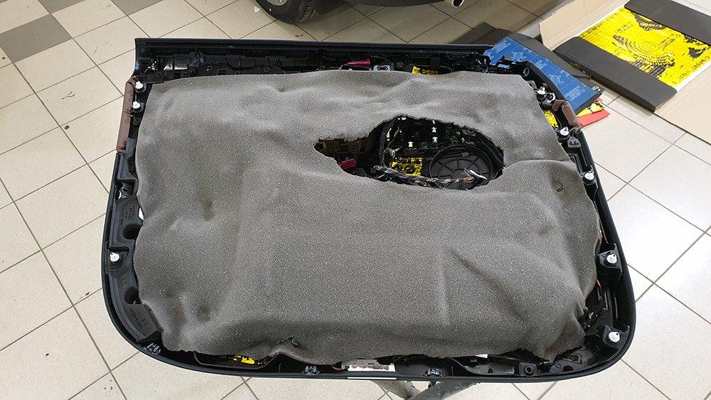 Шумоизоляция обшивки двери BMW X5 G05 вторым слоем