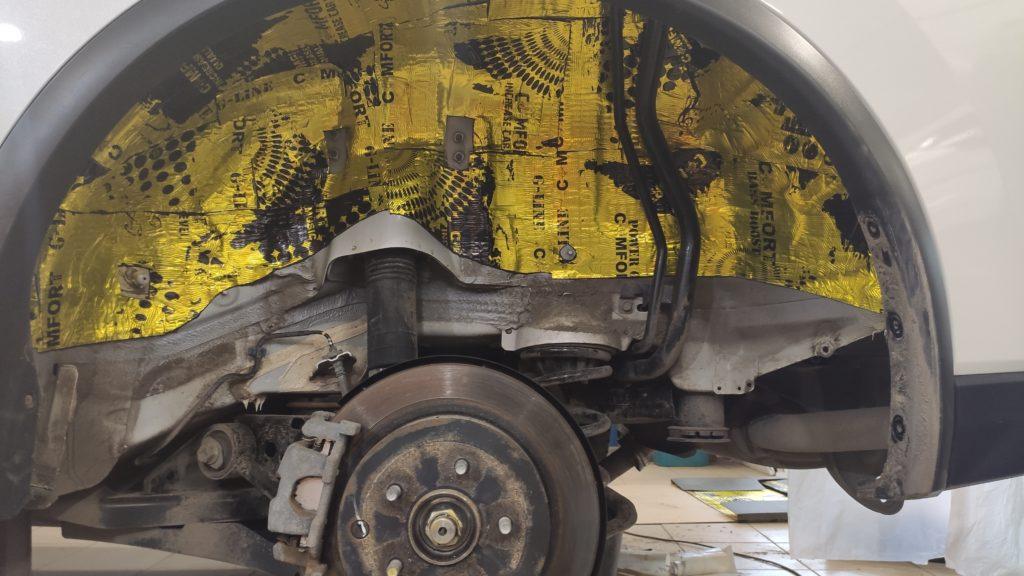 Качественная шумоизоляция колёсных арок Ниссан Мурано первым слоем