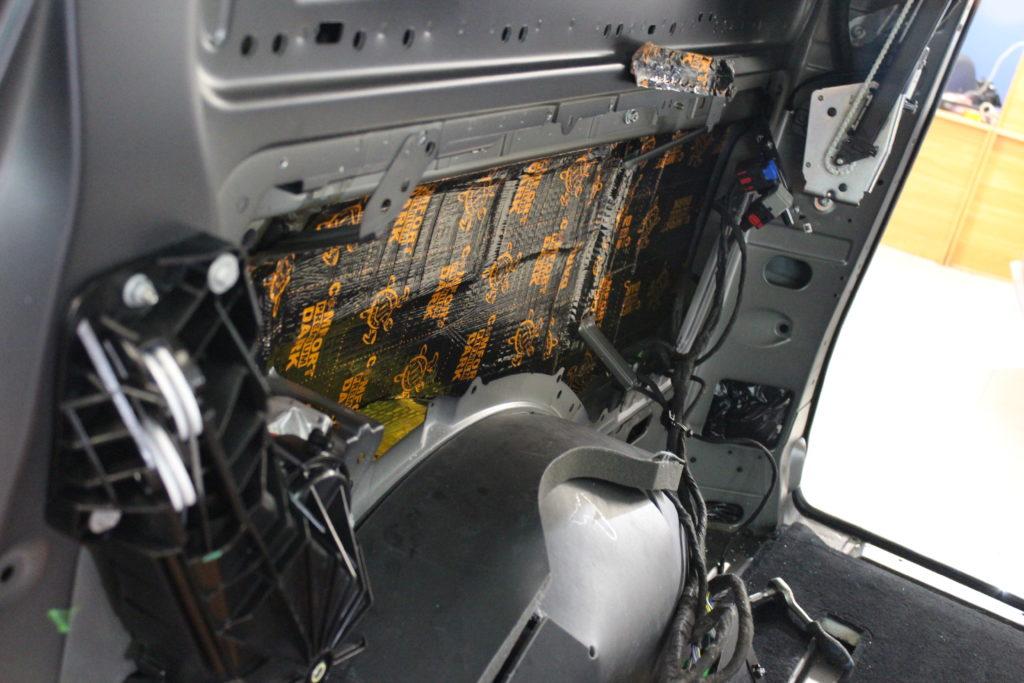 Шумоизоляция боковин кузова Mercedes V class первым слоем