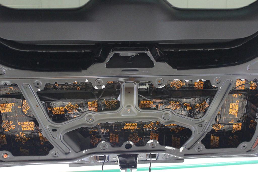 Шумоизоляция двери багажника Mercedes V class первым слоем