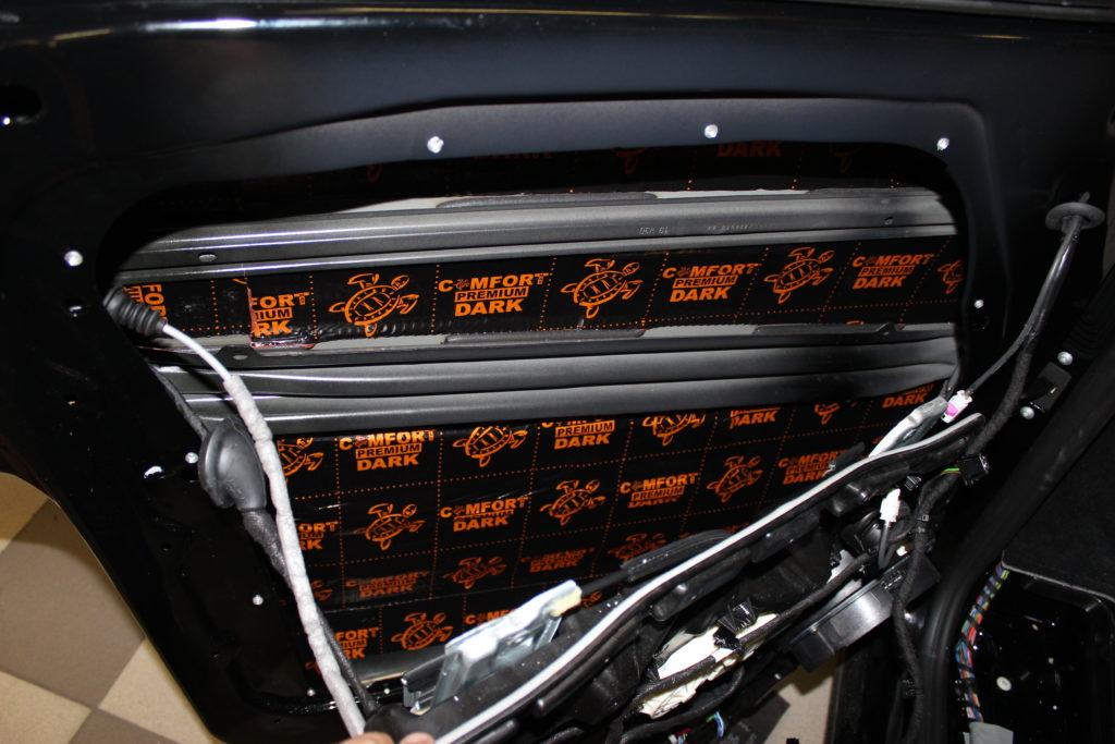 Шумоизоляция двери Mercedes V class первым слоем